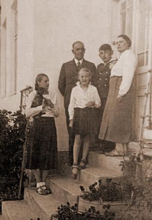 Tadeusz i Adela Nowosielscy z dziecmi